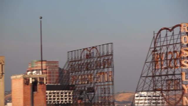 vidéos et rushes de pan across rosslyn hotel sign and other buildings - autre thème