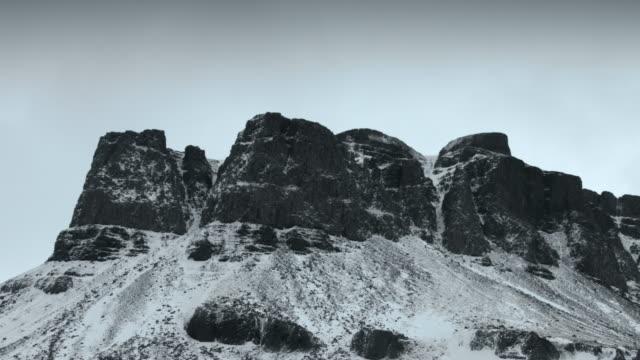 vídeos de stock, filmes e b-roll de pan across snow covered basalt mountains at the snaefellsnes peninsula.  - países nórdicos