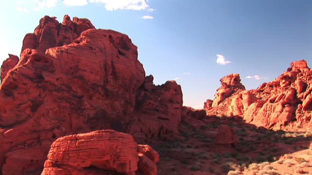 vídeos de stock e filmes b-roll de pan across stunning red rock formations in the american southwest. - rocha vermelha
