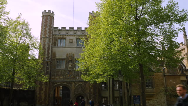 pan across the gatehouse of trinity college, cambridge. - trinity college cambridge university stock videos & royalty-free footage