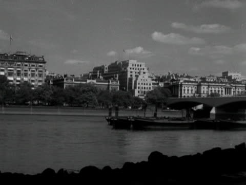 pan across waterloo bridge to the festival of britain building site on the south bank of the thames - festival of britain stock videos & royalty-free footage