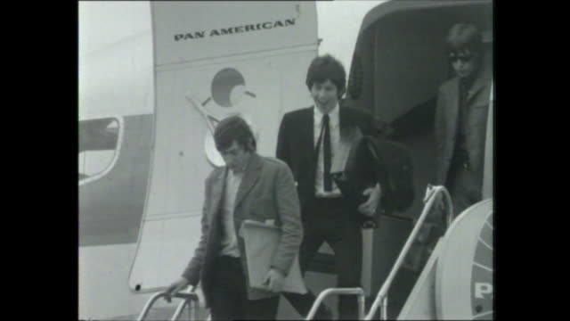 vídeos de stock e filmes b-roll de pan american plane on tarmac - sydney airport / steps of plane driven over towards plane / police hold back crush of fans - small collapse and girls... - rolling stones