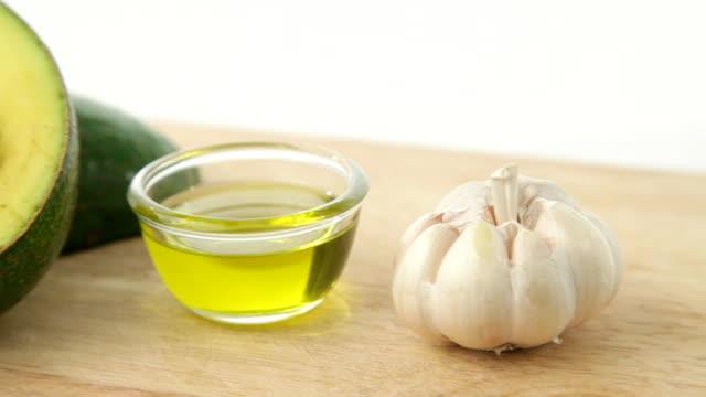 Pan und tilt Schuss avocado mit Knoblauch und Olivenöl
