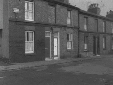 vídeos de stock e filmes b-roll de pan around slum housing area in liverpool 1964 - pobreza questão social