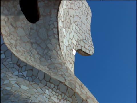 pan around various sculptures by gaudi sagrada familia in background barcelona - ゴシック地区点の映像素材/bロール