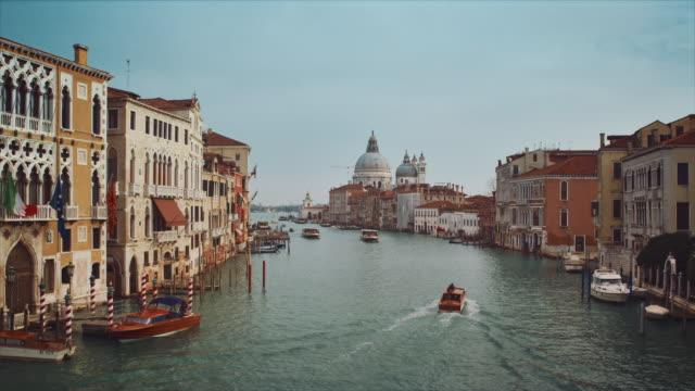 ws - pan, basilica santa maria della salute from the accademia bridge, boats on the grand canal - 遊覧船点の映像素材/bロール