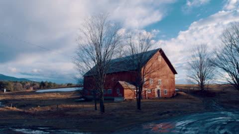 pan: big brown barn (shot on red) - barn stock videos & royalty-free footage
