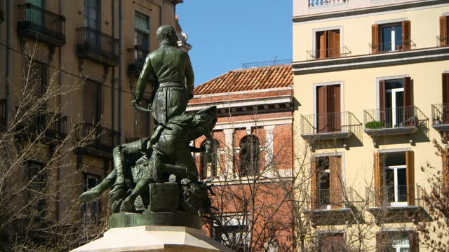vídeos y material grabado en eventos de stock de pan: bronze statue of spanish independence in courtyard with bare trees and mediterranean style tenements - girona, spain - independence