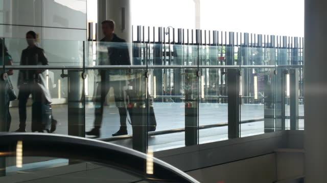 パン カメラ ロンドン出発・到着空港で、乗客の動き - ヒースロー空港点の映像素材/bロール