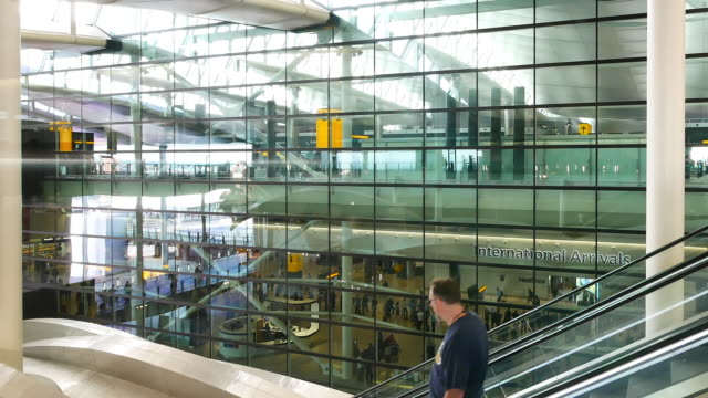 schwenken der kamera london abreise & ankunft, bewegung der passagiere am flughafen - flughafen heathrow stock-videos und b-roll-filmmaterial