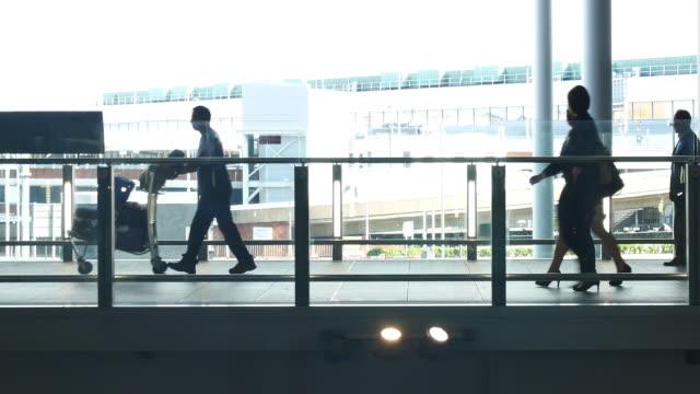 schwenken der kamera london abreise & ankunft, bewegung der passagiere am flughafen - fahrkarte oder eintrittskarte stock-videos und b-roll-filmmaterial