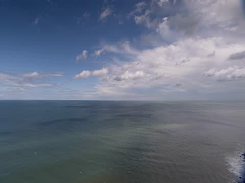 pan, cliff face, calm blue sea, tranquil, peaceful - ベンプトン点の映像素材/bロール
