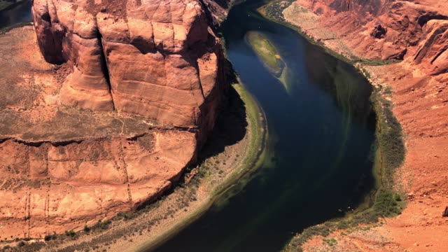 pan: colorado river at horseshoe bend - river bend land feature stock videos & royalty-free footage