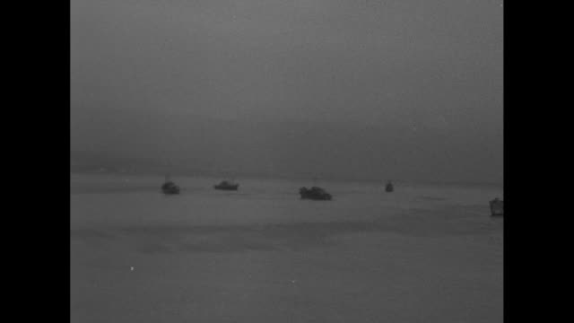 vidéos et rushes de pan cross building on pier / pan across allied ships in harbor, mount vesuvius in background / allied soldiers standing on dock, ship in background... - véhicule amphibie