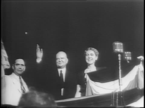 pan crowded floor of the republican national convention in chicago / republicans nominate thomas dewey and john bricker / the two men shake hands /... - republikanischer parteitag stock-videos und b-roll-filmmaterial