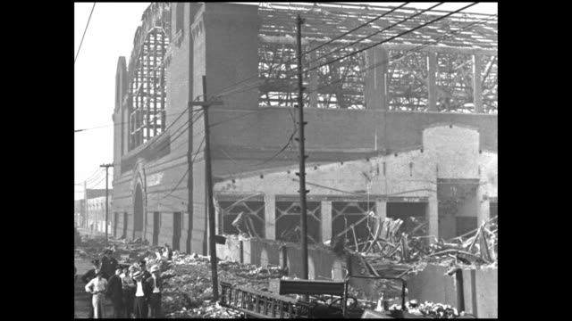 vidéos et rushes de pan devastation and rubble left after the chicago's union stock yards fire with areas completely leveled lone water jet sprays in background /... - 1934