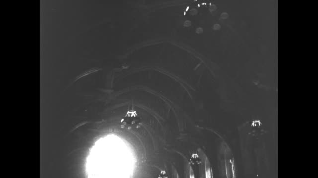 vídeos y material grabado en eventos de stock de pan down from ceiling of westminster hall to coffin of george and people filing past / slow pan / people have filed past and look back / stained... - vidriera de colores