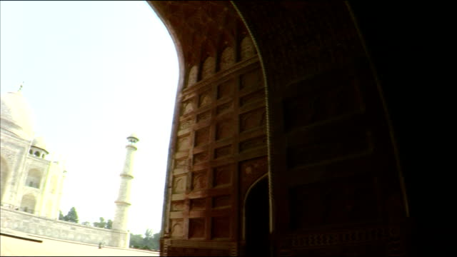 pan down from front gate to taj mahal, agra - agra video stock e b–roll