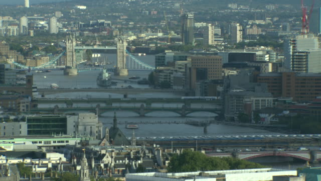 pan down from the sky to tower bridge and the river thamesd - schwenk nach unten stock-videos und b-roll-filmmaterial