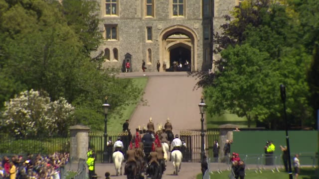 pan down from windsor castle to a horse drawn carriage on the 'long walk' during the rehearsal for the wedding of prince harry and meghan markle in... - cocchio video stock e b–roll
