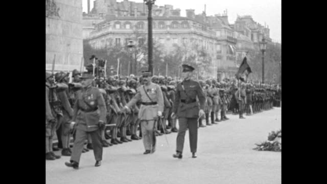 vidéos et rushes de pan down looking through arc de triomphe to heads of gathering for dedication / marshal ferdinand foch and officers walk in front of french soldiers... - baïonnette