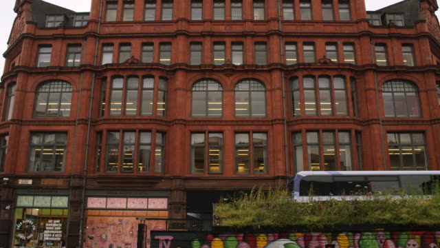 pan down of the j & g cooper converted warehouse in the northern quarter in central manchester - kunst, kultur und unterhaltung stock-videos und b-roll-filmmaterial