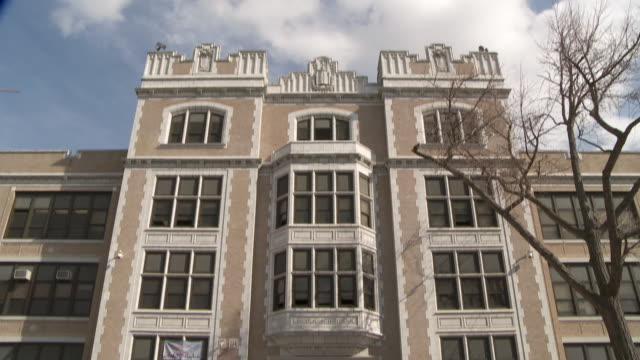 vidéos et rushes de pan down to lincoln high school in jersey city new jersey. - school building