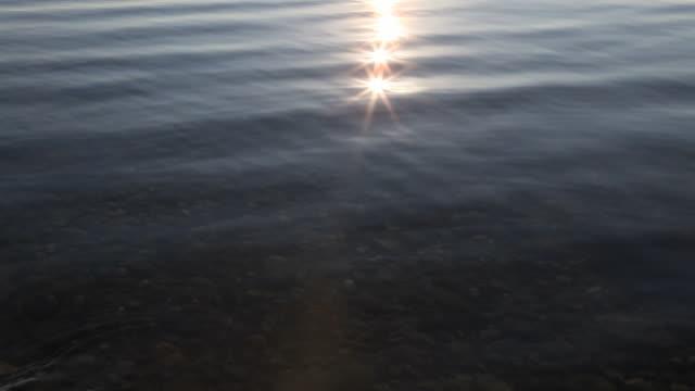 stockvideo's en b-roll-footage met pan downwards to hands scooping clean water from lake - handen in een kommetje