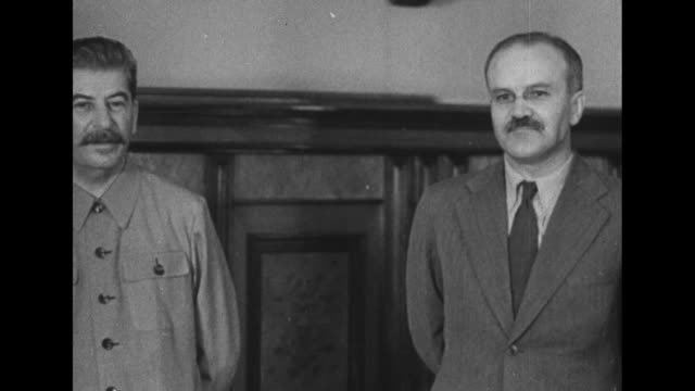 vídeos y material grabado en eventos de stock de pan ext kremlin / soviet leader joseph stalin and foreign minister vyacheslav molotov stand in molotov's office with british ambassador to the ussr... - 1941