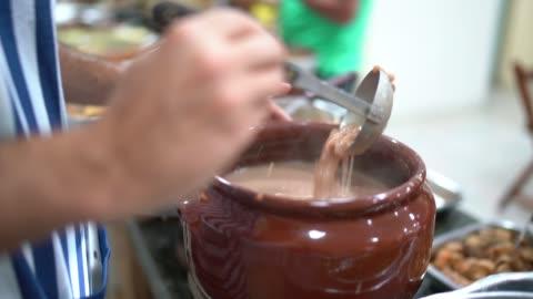 vídeos y material grabado en eventos de stock de una sartén llena de frijoles brasileños calientes - comida de autoservicio - bean