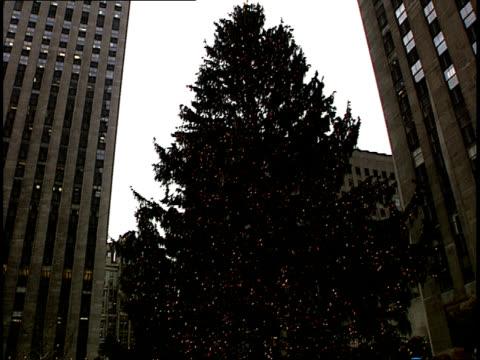 vídeos y material grabado en eventos de stock de pan from a huge christmas tree to holiday ice skaters enjoying the rockefeller center skating rink in new york - árbol de navidad del centro rockefeller