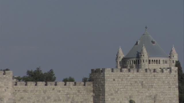vídeos de stock, filmes e b-roll de pan from jerusalem city wall to church - jerusalém
