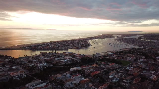 vídeos de stock, filmes e b-roll de pan from newport beach to harbor and ocean - ilhas channel