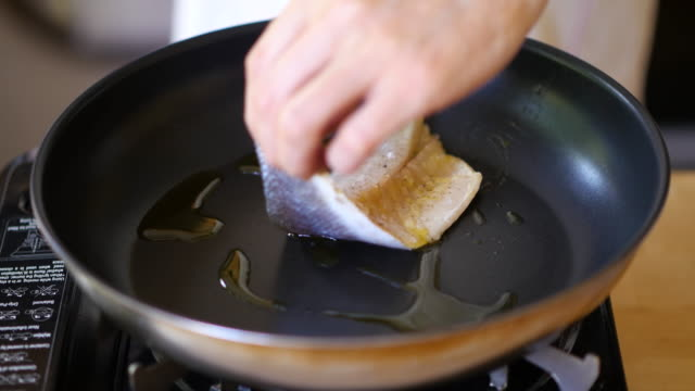 Pfanne braten Wolfsbarsch-Filet