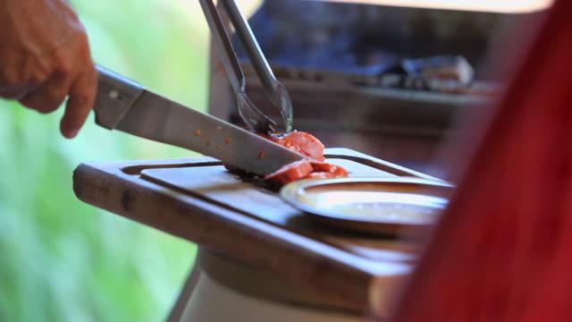 vídeos y material grabado en eventos de stock de pan: grilling sausages in maresias - tanga
