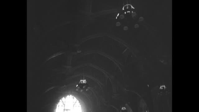 stockvideo's en b-roll-footage met pan interior of westminster hall light streams through huge stained glass window / mourners walk past coffin of king george vi lying in state /... - opgebaard liggen