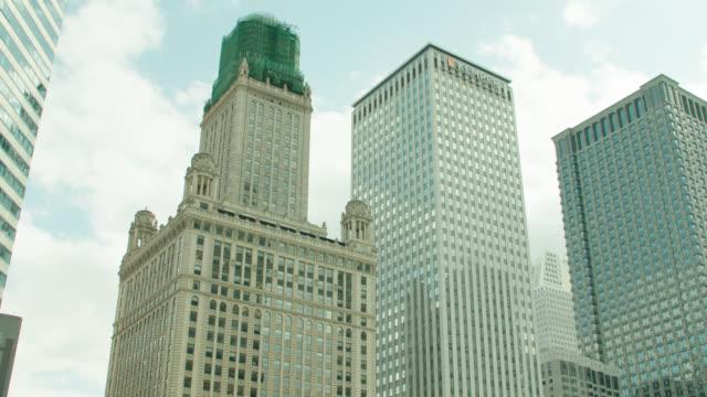 vídeos de stock, filmes e b-roll de pan l from wabash avenue over chicago river, chicago, il to 2 - office buildings, tilt up & down - chicago 'l'