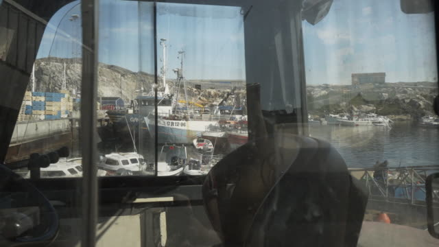 vídeos de stock, filmes e b-roll de pan: large fishing boats in crowded harbor through windows of truck on sunny day in ilulissat - disko bay, greenland - grande angular
