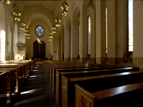 vidéos et rushes de pan left across pews to sunlight streaming in through windows st columba's church of scotland london - protestantisme