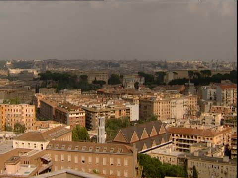 vídeos de stock e filmes b-roll de pan left across rome skyline to st peter's basilica vatican city - 1995
