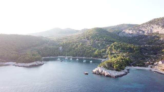 vídeos y material grabado en eventos de stock de pan left aerial, sun shines over hvar coastline - cultura croata