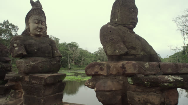 vidéos et rushes de pan left along bridge at angkor thom. - site classé au patrimoine mondial de l'unesco