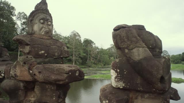 pan left along bridge at angkor thom. - 阿修羅点の映像素材/bロール