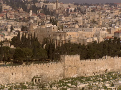 pan left along stone wall to dome of the rock jerusalem - gerusalemme est video stock e b–roll