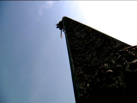 vídeos de stock e filmes b-roll de pan left and right at base of war memorial moscow - memorial de guerra