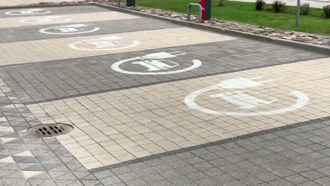 vídeos y material grabado en eventos de stock de pan left: ev charging lot sign on pavement at parking lot - coche eléctrico coche alternativo