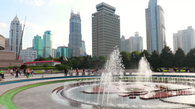 ws pan left, fountain in people´s square in front of shanghai museum - shanghai stock-videos und b-roll-filmmaterial