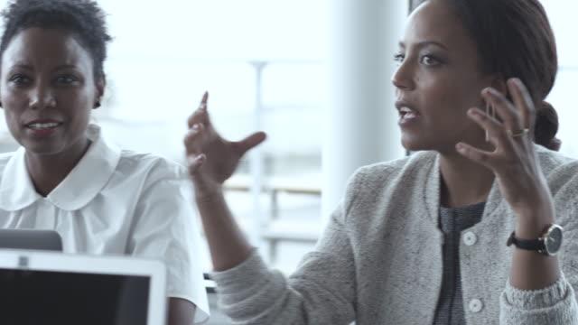 vidéos et rushes de pan left, friendly businesswomen in meeting - 40 44 ans