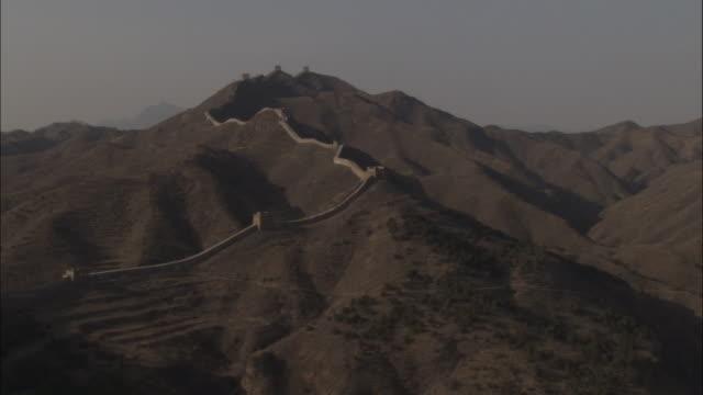 vídeos y material grabado en eventos de stock de pan left from mountains to great wall of china at badaling, beijing. - badaling