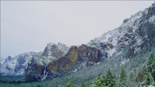 vídeos de stock, filmes e b-roll de pan left from mountains to magnificent view of yosemite valley in winter - véu